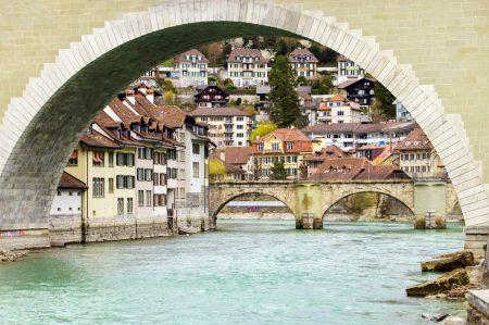 Städtefotografie: Ein Blick von der Aare auf die Altstadt von Bern