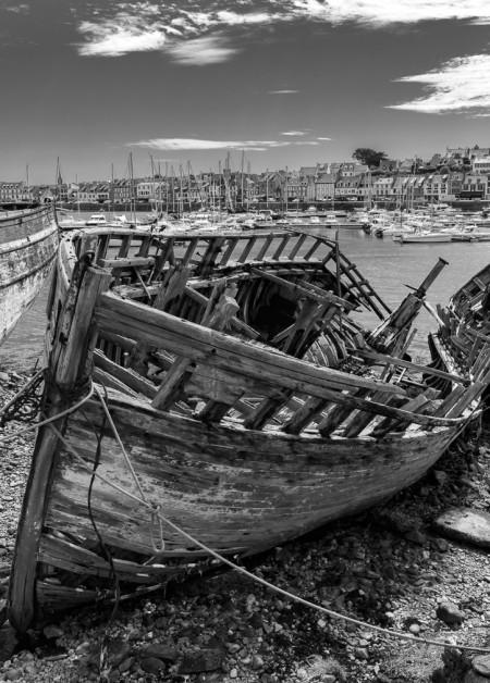 Schwarz Weiss Aufnhame eines Bootswrack in der Bretagne