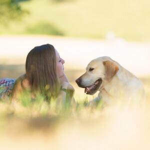 Jasmin und ihr Labrador Whiskey