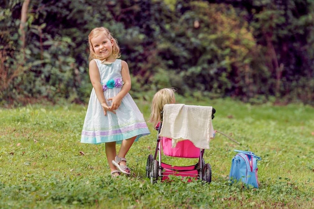 Bilder der kleinen Amelie mit Kinderwagen