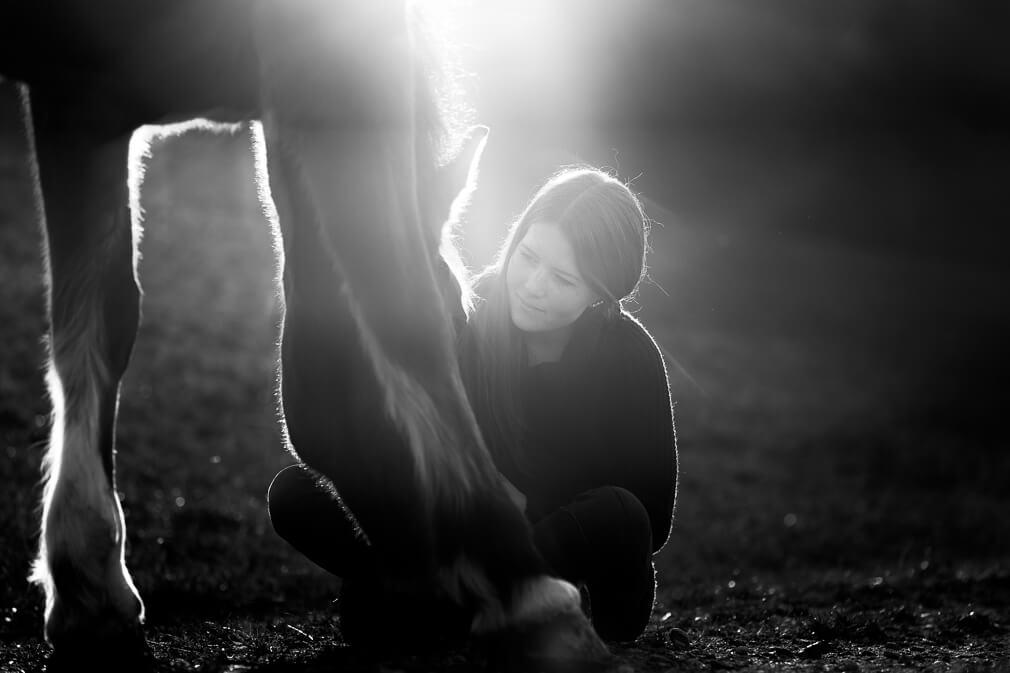 Pferde- und Menschfotoshooting: Aufnahme von Iris und ihrer braunen Stute Katia