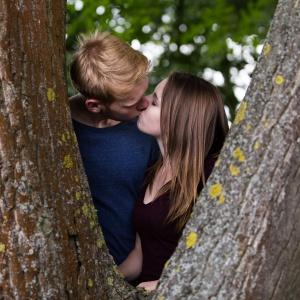 Emy und Jan küssen sich im Baum