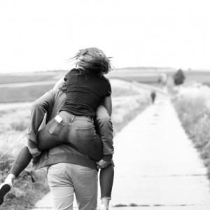 Menschfotografie: Emy und Jan rennen das Feld entlang