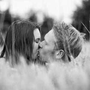 Emy und Jan küssen sich im Kornfeld