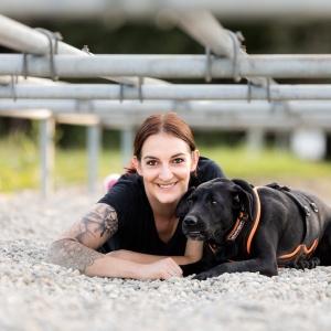 Ida und Fränzi posieren unter einer Hürde vom Tough Dogz Run