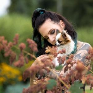 Tier- und Menschfotografie rund um Basel: Vanessa und Chihuahua Bambi im Blumenmeer