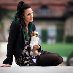 Vanessa und Bambi vor einem barocken Gebäude im Wenkenpark bei Basel