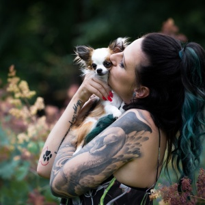 Vanessa knuddelt ihre Lieblingsmaus Bambi