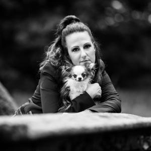 Schwarz-Weiss-Portrait von Vanessa und ihrer Chihuahuahündin Bambi