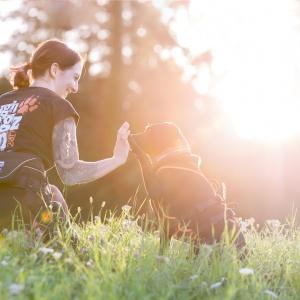 Tierfotoshooting in der Schweiz: Fränzi und ihre Labradorhündin Ida im Gegenlicht