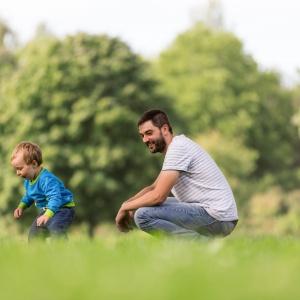Papa und Sohn im Gras