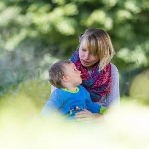 Mama erklärt ihrem Sohn die Welt