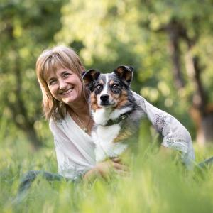 Hund und Besitzer im Gras