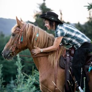 Tierfotografie Schweiz Basel Rheinfelden braunes Pferd und Reiter