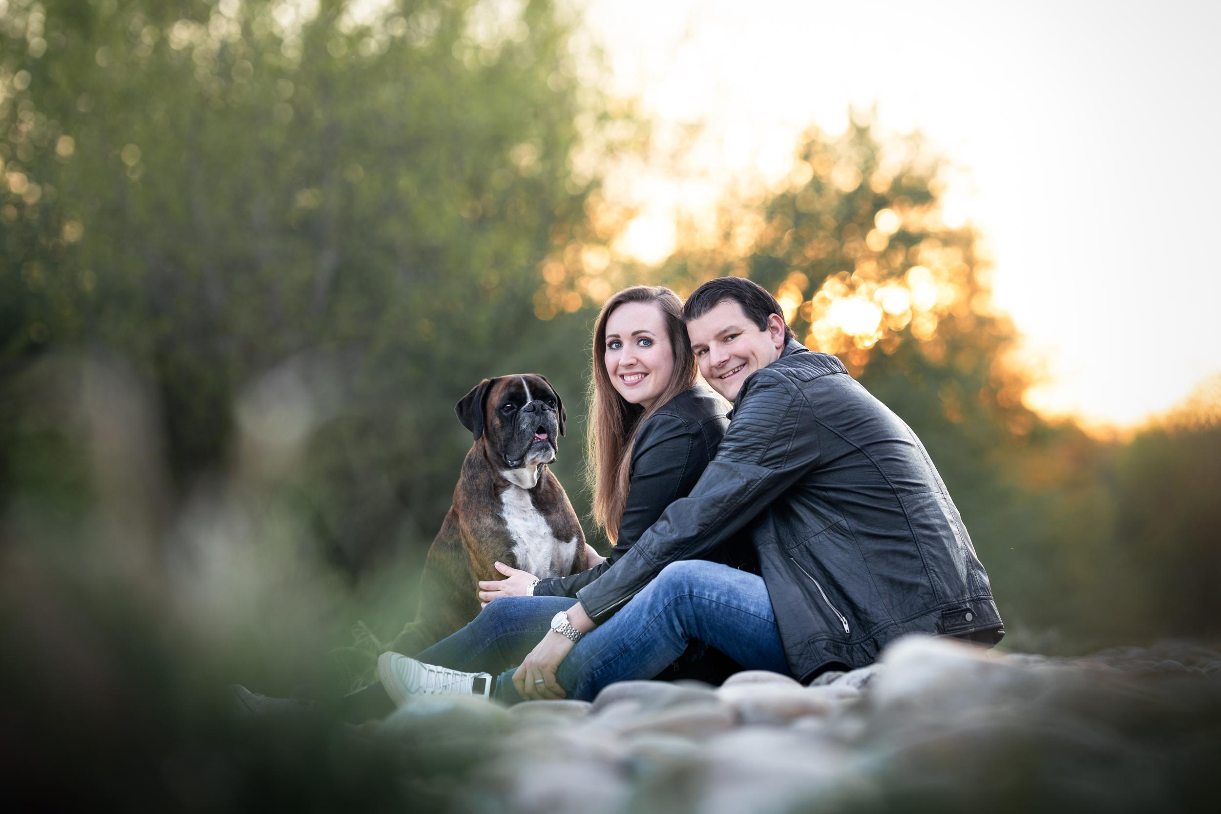 gemeinsames Familienfoto mit Boxer in der Natur